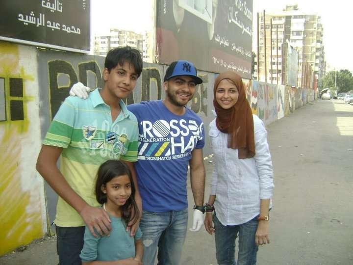 صور تامر حسني يكتب اسم شهداء التحرير على الجدار iqpic87370bbb09.jpg